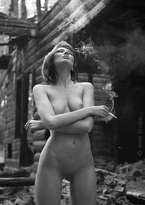 foto-golie-telki-s-sigaretoy-dlya-seksa