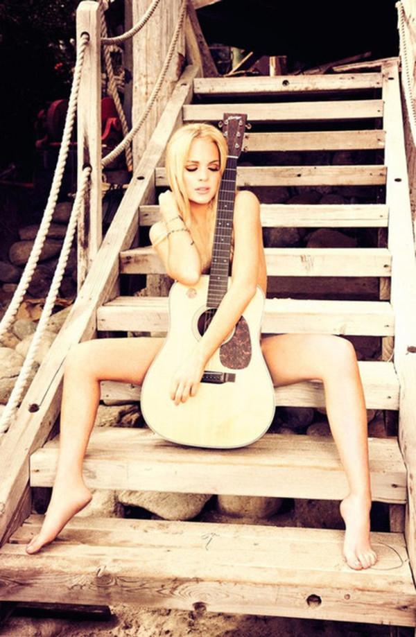 голая красивая девушка с гитарой