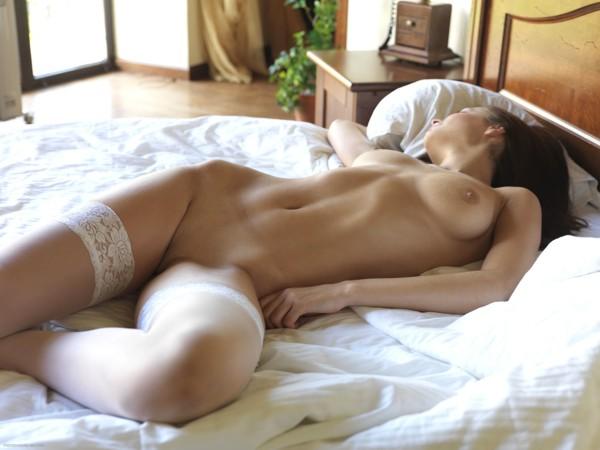 спящие в постели голышом