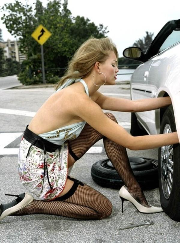 Девушка голая чинить авто фото