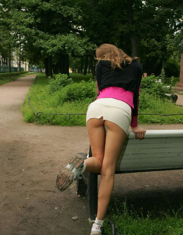 Девушка в короткой юбке наклонилась видео